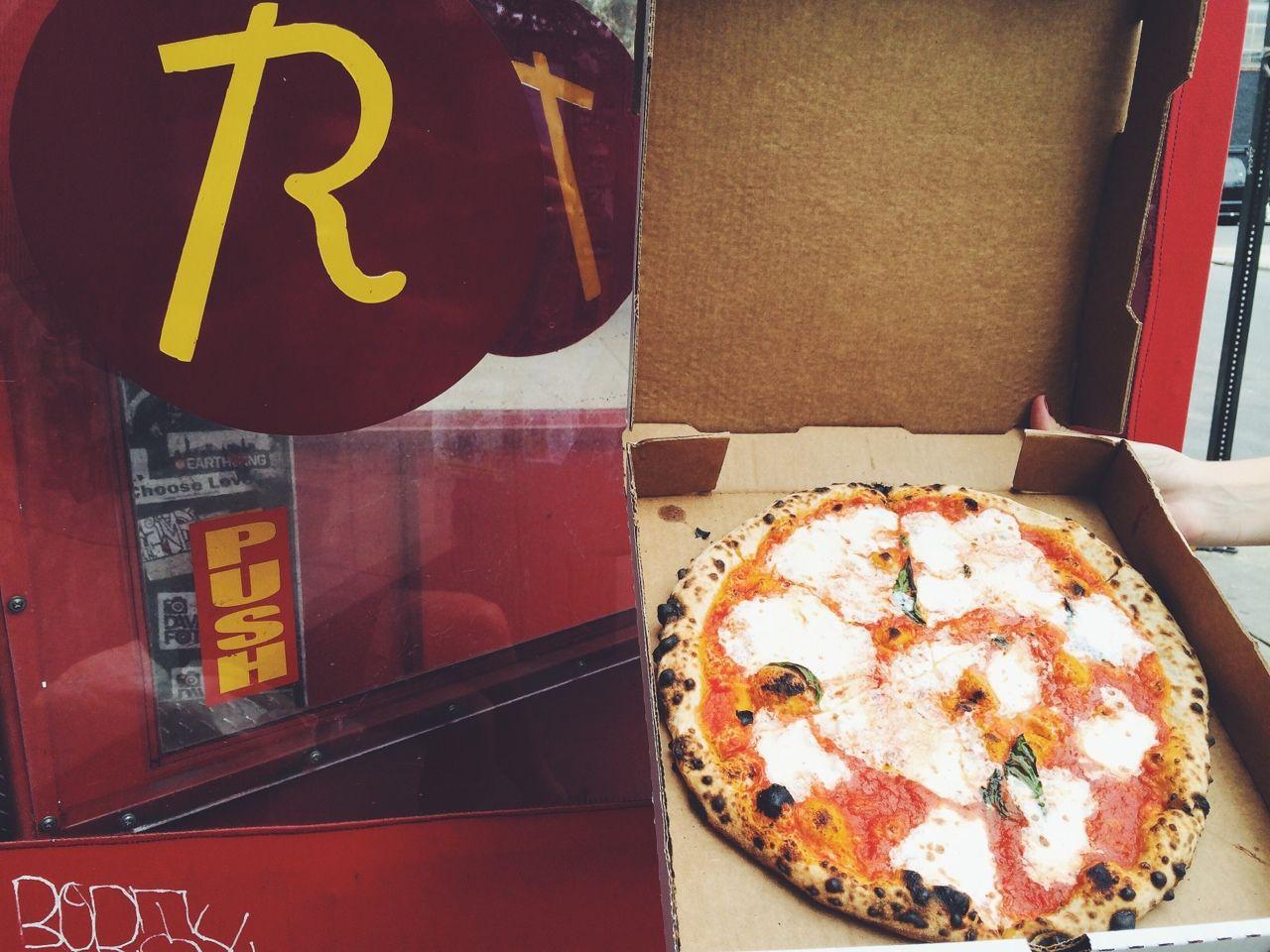roberta's261 moore st, brooklyn, NYescondida em uma rua de bushwickvc encontra a roberta's que tem a melhor pizza de ny.a espera é sempre muito grande, mas vale a pena!se você não quiser esperar 1 hora e 15 minutos para comer uma opção é pedir a pizza em casa pelo fresh direct:https://www.freshdirect.com/pdp.jsp?productId=fro_pid_3502421&catId=fro_pizza_cheeé claro que não se compara com a pizza fresquinha e feita na hora sem congelar, mas é sempre bom ter umas dessas na ...