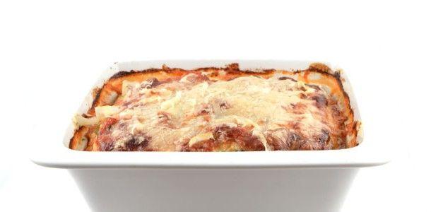 Courgette lasagne (2 personen): 1 courgette - 100 g gedroogde ham - 390 g tomatenblokjes met basillicum en oregano - 250 g ricotta of cottage cheese - 1 ei - 40 g geraspte kaas