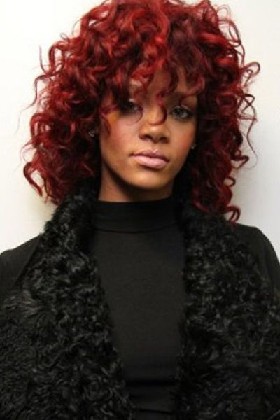 This Is A Medium Length Hairstyle As The Hair Comes Down To Shoulders Rihanna Has Her Super Curly For Look Lots Of Volume These Curls