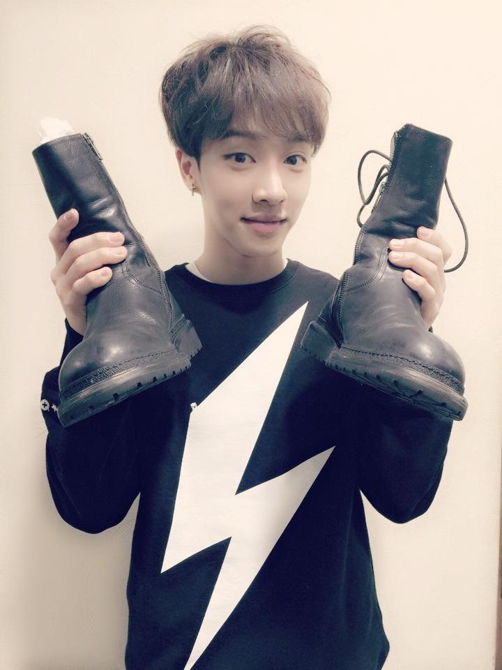 2월 7일 FC MEN 바자회에 제가 무대에서 신었던 신발을 경매에 기부합니다!!! 경매를 통한 경매금액을 션형님이 홍보대사로 있는 어린이 재활병원에 기부하니 많은 관심 부탁드립니다^^많이 동참해주세요~-~!!