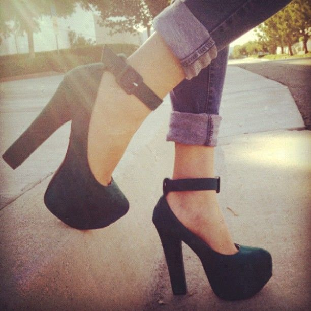 Going (hunter) green. #heels #green #hunter #anklestrap #buckle #platform #instadaily #instafashion #instaheel