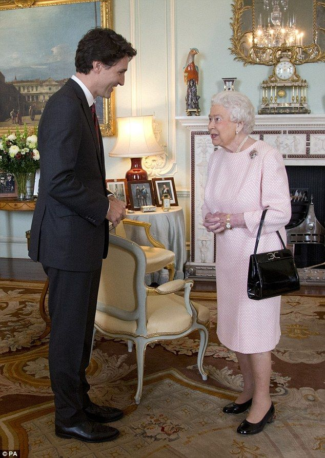 Queen Puts On Two Bar Electric Fire To Meet Justin Trudeau Design Pinterest Queens Royals And