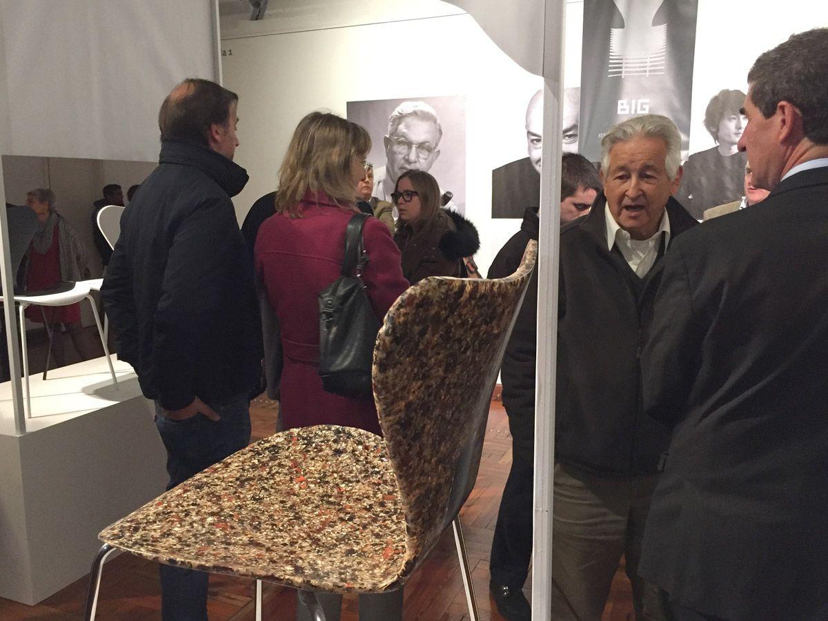 """7 Cool Architects"" de Republic of #FritzHansen: Interpretaciones contextuales de la silla Series 7™ de #ArneJacobsen. Museo Nacional de Artes Visuales (#MNAV). La obra de #JeanNouvel y #JunIgarashi."