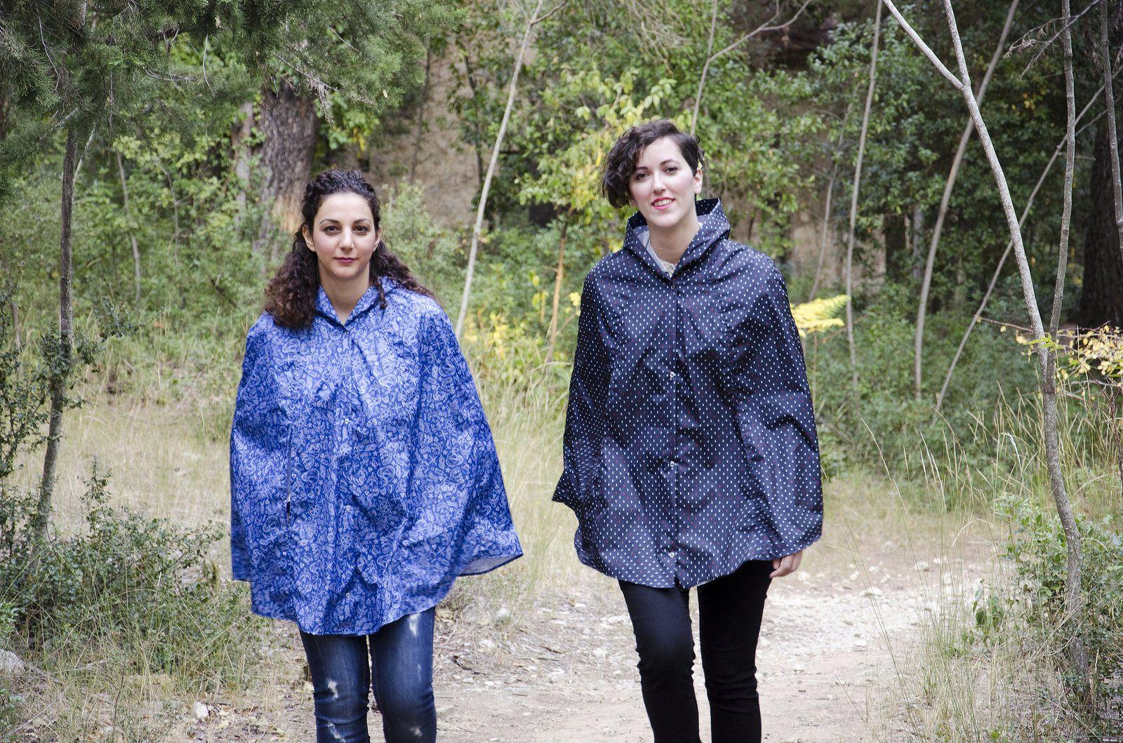 Junge Mädels auf Wanderung | Anziehsachen, Regenkleidung
