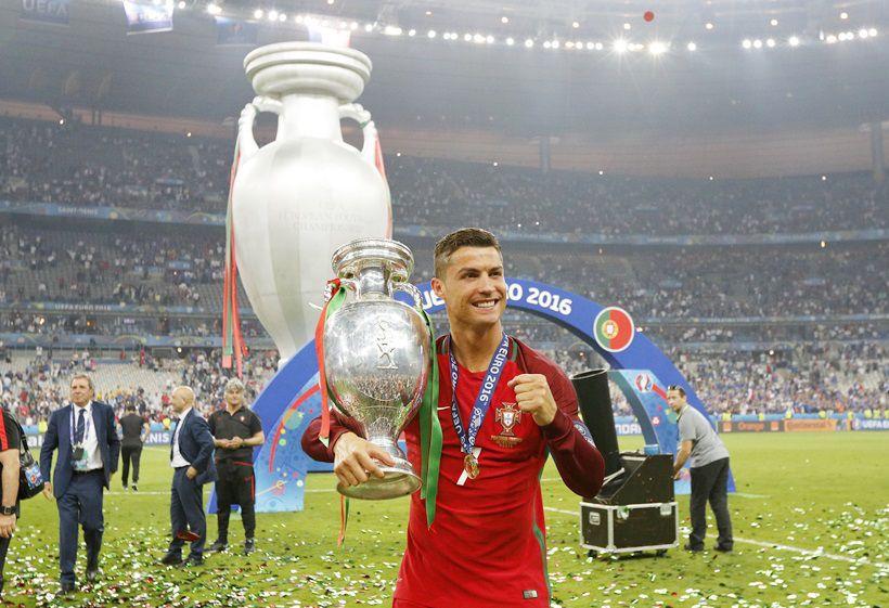 Euro 2016 Final Portugal Vs France Portugal Celebrate Title Win With Families Friends Cristiano Ronaldo Cristiano Ronaldo Cr7 Cristiano Ronaldo Portugal