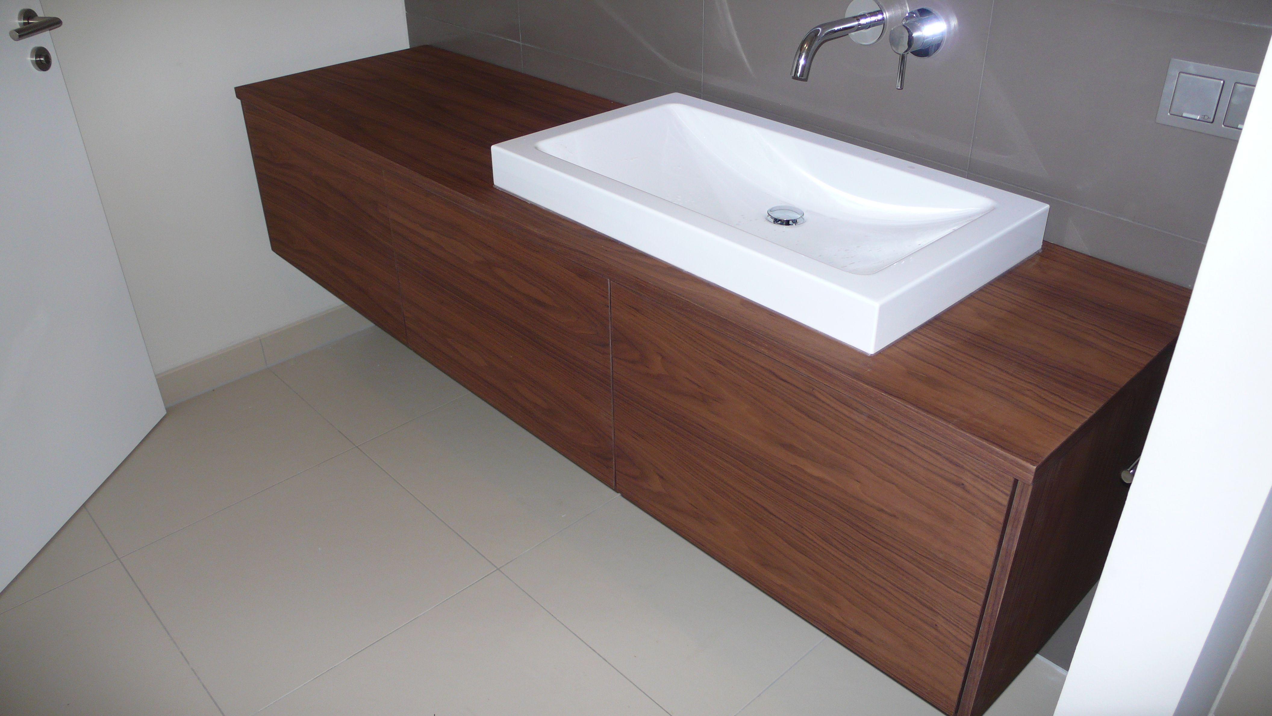 holz-waschtischplatte mit schickem waschbecken. mehr badezimmer