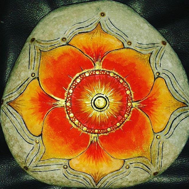 Mandala para canalizar la energia, dinamismo, ambicion, ternura, valor, sabiduria, lucidez, claridad y vitalidad, tambien símbolo de lo espiritual, libertad y elevación.