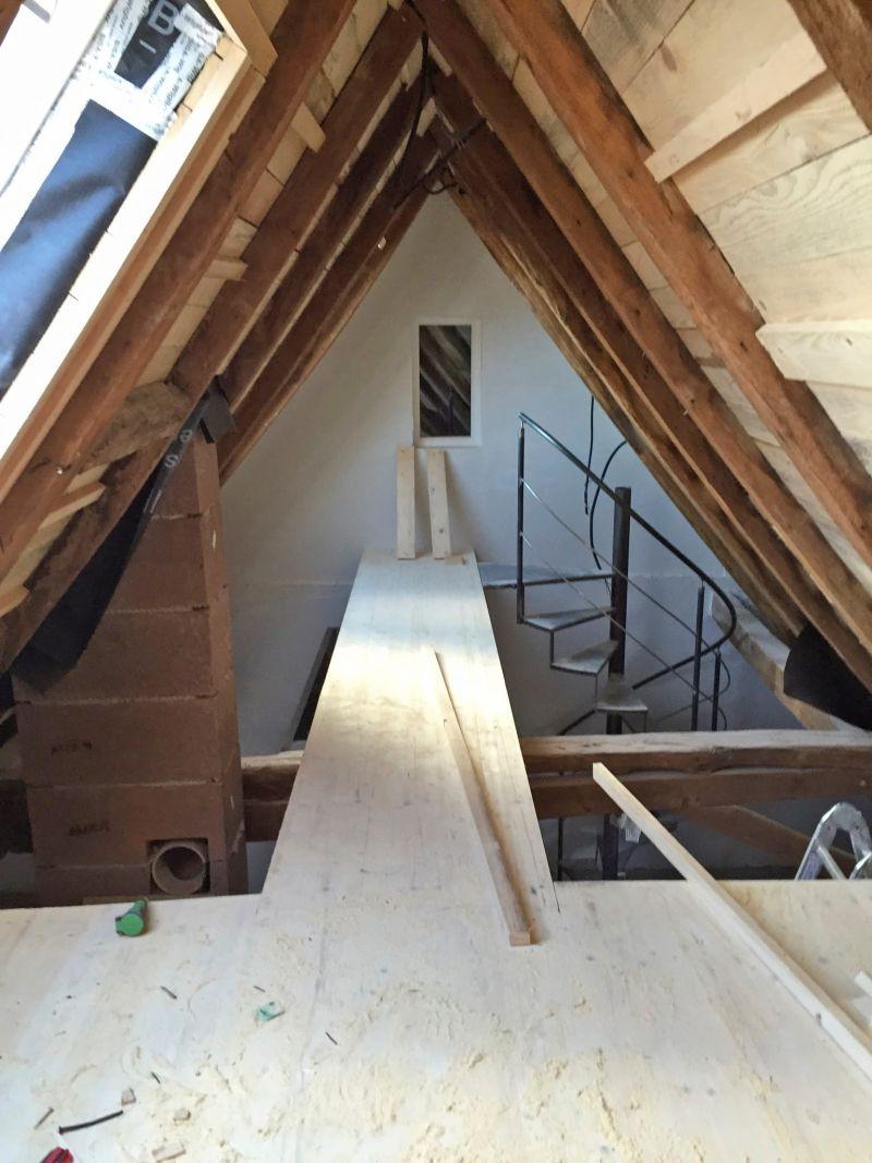 sanierungsarbeiten unterm dach: konstruktion des zugangs zur galerie