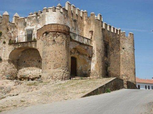 Castillo-de-Valencia-del-Ventoso.jpg (500×375)