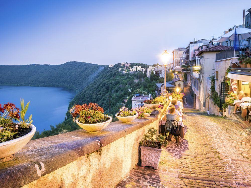Castel Gandolfo op 25 km van Rome (Albano meer)   Dit stadje op 25 kilometer ten zuidoosten van Rome ligt op een schitterende plaats in de heuvels boven het Albano meer