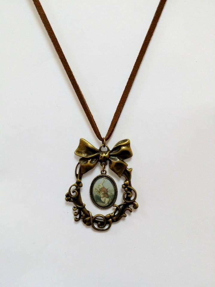 Colar Alice-coelho-bengala-ouro velho-somente cordão de couro