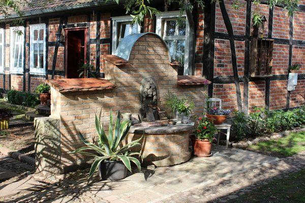 Brunnen Aus Alten Mauerziegeln Gebaut Wandbrunnen Brunnen Wasserbecken