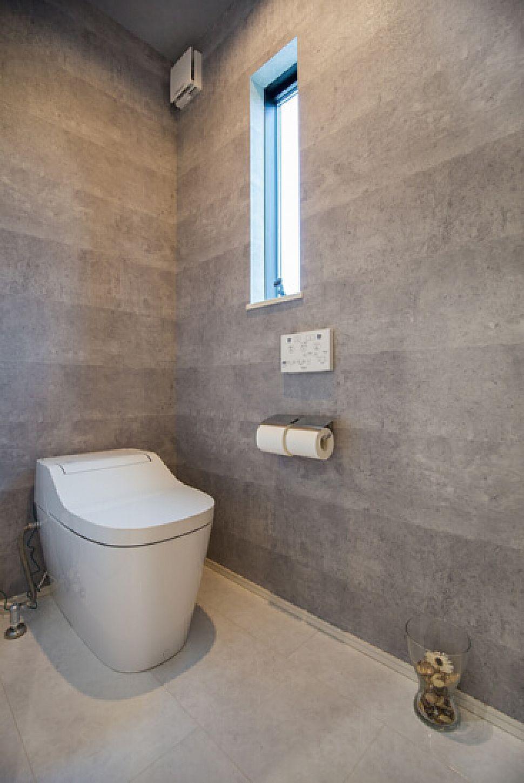 トイレはコンクリート風のクロスでクールな雰囲気に トイレ おしゃれ トイレのアイデア トイレのデザイン
