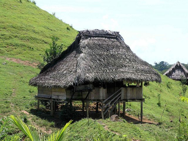 Casas indígenas (Ngöbe-Buglé) - Native houses on hillside, Bocas del Toro, Panamá by Lon, via Flickr