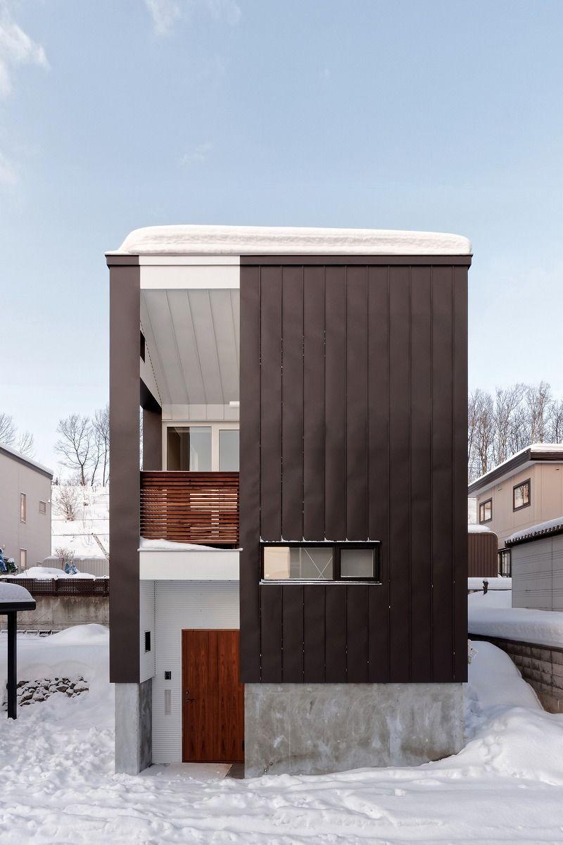 縦長のシルエットから垂直ラインを強調した正面外壁 縦ラインが同ピッチで入るガルバリウム鋼板縦平葺を採用 段差を繋ぐ