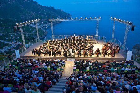 Fino al 7 settembre nella splendida cornice di Ravello, uno degli angoli più belli ed affascinanti della costiera amalfitana, si tiene il Ravello Festival 2013.