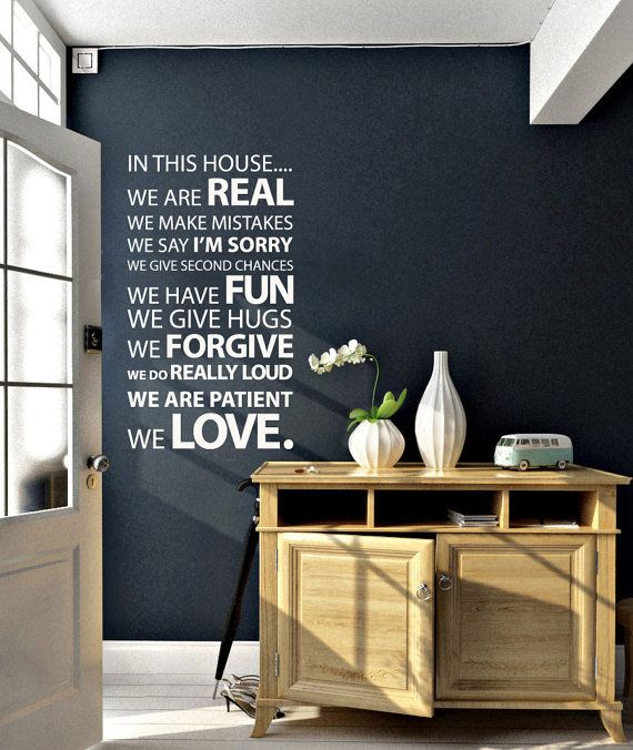 In this House Wall Sticker family quote par Vinylimpression sur Etsy. £29,99, via Etsy.