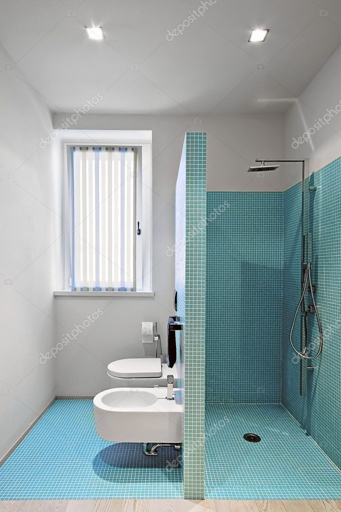 Gemauerte Dusche im modernen Badezimmer mit MosaikFliesen