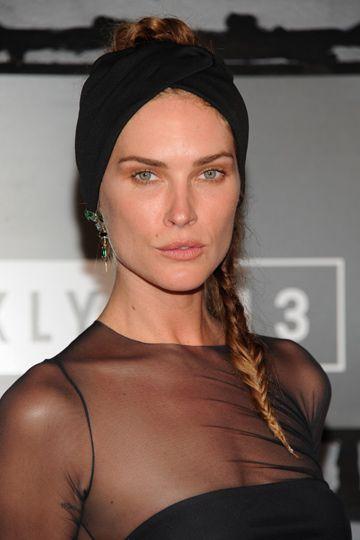 Con turbante Los turbantes de aires étnicos están de moda como accesorio chic para tu pelo. Erin Wasson lo combina con una trenza lateral.
