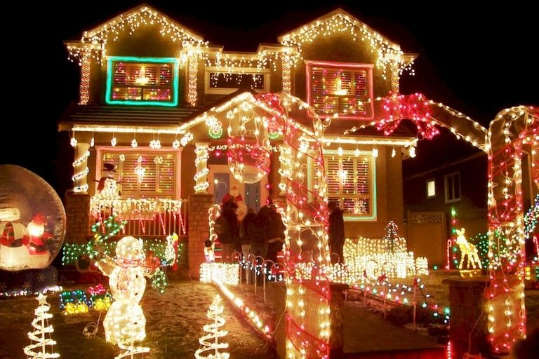 65 Incredible Farmhouse Style Exterior Christmas Lights Decorations Luces De Navidad Exteriores Luces Navidad Decoracion Decoracion Exterior Navidad