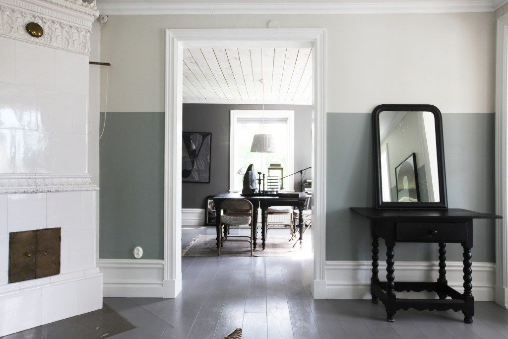 Are Two Tone Walls Making A Comeback Here Are 20 Examples Living Room Paint Living Room Wall Color Two Tone Living Room