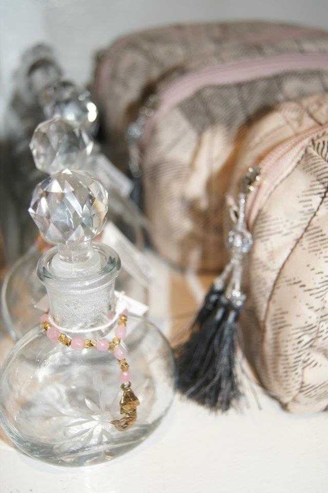 Wunderhübsche Deko-Idee von Lisbeth Dahl! Flaschchen und Taschen gibt es auch in unserem Online-Shop.