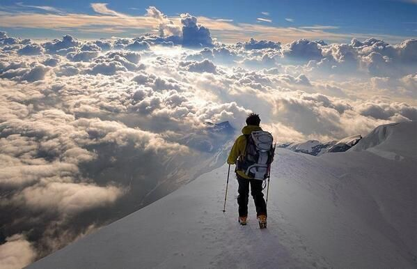 Standing above the clouds in the Alps pic.twitter.com/wGjDmiUSH6