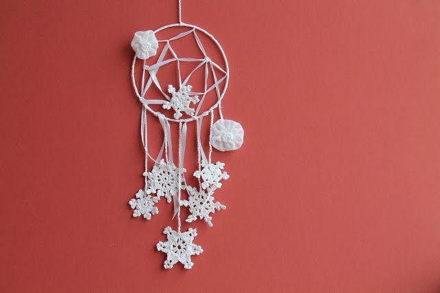 bluettine: Dreamcatcher blanc avec rubans, flocons et fleurs