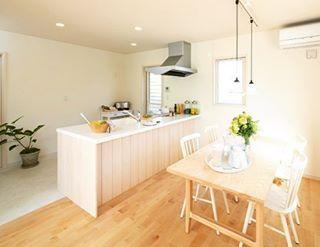 メープル色の床材に板張りキッチンを採用し 木のぬくもりを感じる
