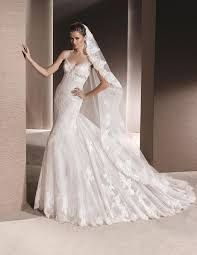 Vestido de novia con cola larga modernos
