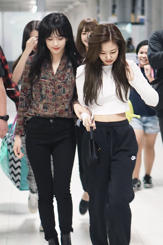723913c8868 171126  BlackPink  Jisoo  Jennie at Suvarnabhumi Airport