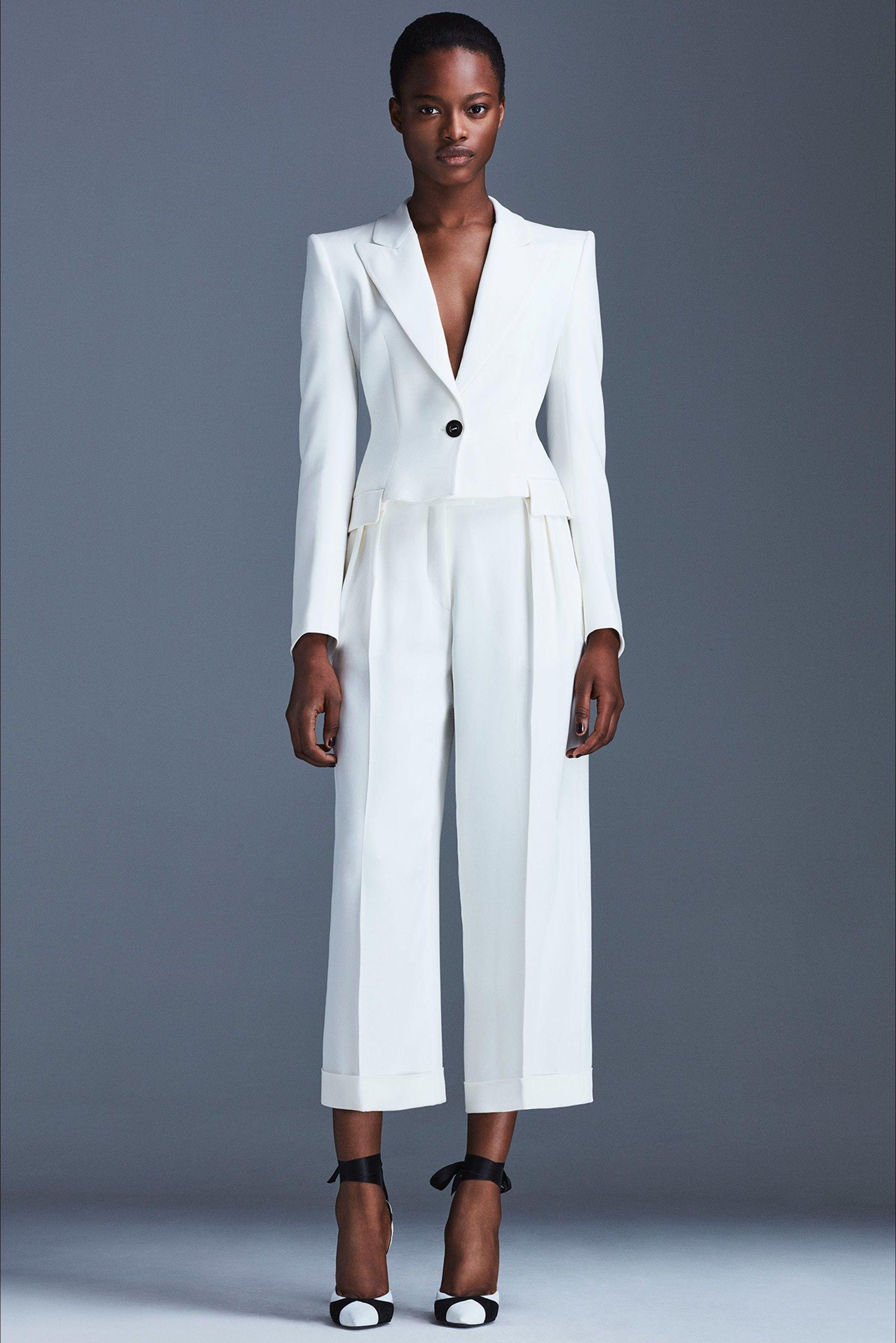 e305ae335f Guarda la sfilata di moda Emanuel Ungaro a Milano e scopri la collezione di  abiti e accessori per la stagione Pre-collezioni Primavera Estate 2017.
