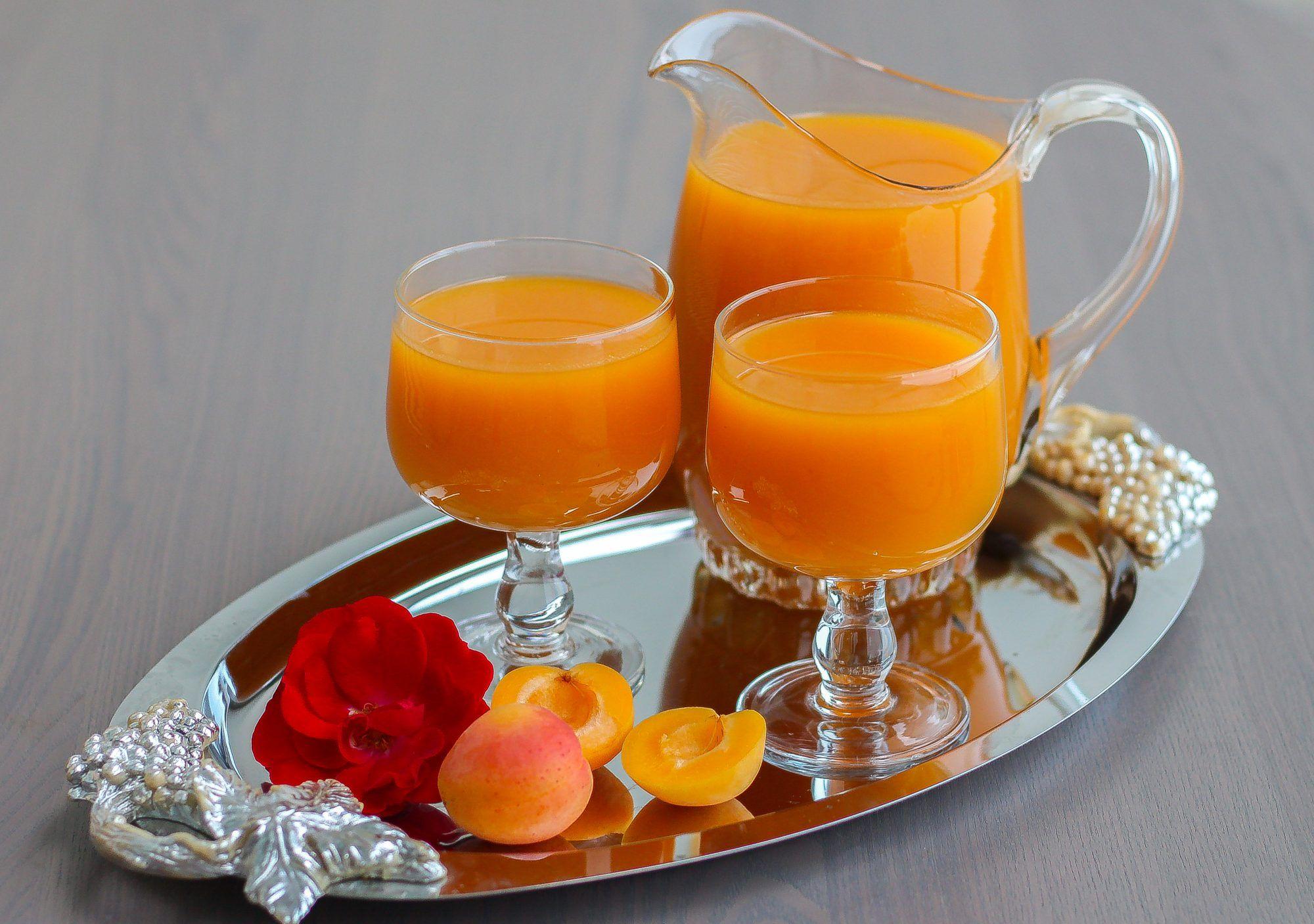 Qamar el din är en massa gjord på torkad aprikos. Den används som smaksättning i desserter eller drinkar i Mellanöstern och Nordafrika. Denna dryck är en favorit att servera iskall en varm sommardag. Det är en smaksak hur man gör sin dryck, vissa gillar att smaksätta den med lite apelsinbloms- eller rosenvatten. Man kan även justera sötman och konsistens på drinken genom att tillsätta så mycket socker eller vatten som man själv önskar. Ca 1,5 liter qamar el din dryck 400 torkad aprikosmassa…