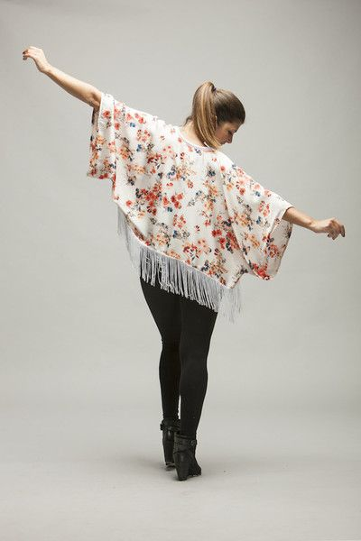 MISAKI II Short and hand-made white floral kimono with white fringes. 45€