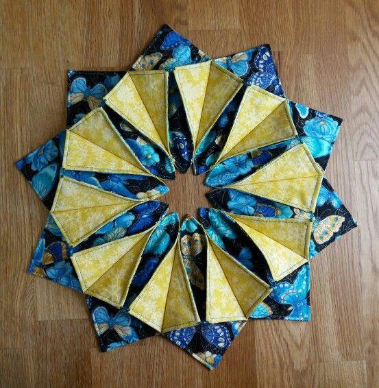Fold and stich wreath, yksivärinen + kirjava kangas, ohutta vanua, koristeluun helmiä tai nappeja yms., halkaisia n. 35 cm. Tammikuu 2016