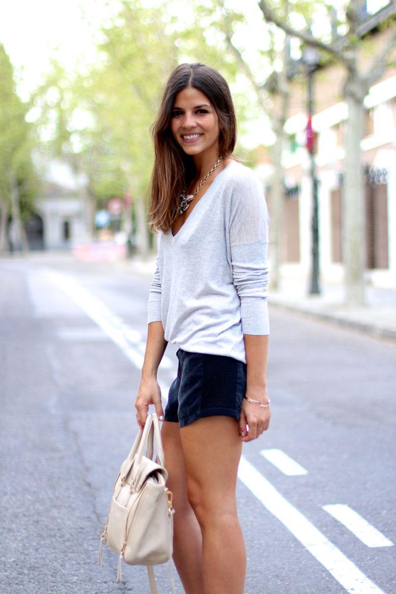 trendy_taste-look-outfit-street_style-ootd-blog-fashion_spain-moda_españa-suede_shorts-shorts_ante-mas34-salones_negros_transparentes-vinilo-jersey-primavera-spring-polaroid-9