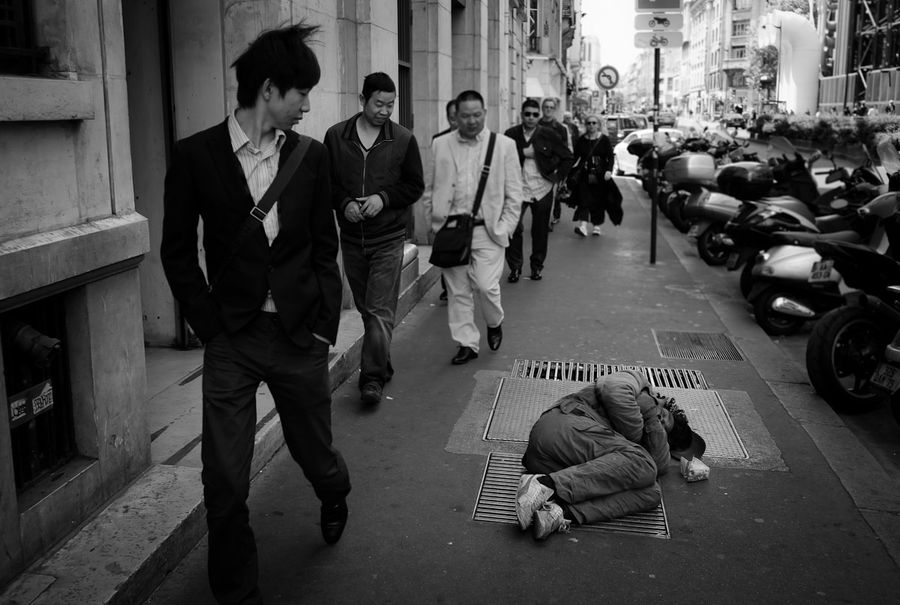 A Homeless Man Passes Out On A Street In Paris Suddenly Became A Tourist Attraction Homelessne Homelessness Photography Documentary Photography Homeless Man