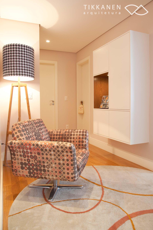 Projeto: Tikkanen Arquitetura Colaboração: Marcela Turíbio Fotos: Carol Coelho Poltrona Electra Giratória (Fernando Jaeger) - #luminária #marcenaria #poltronas #tapetes #estante