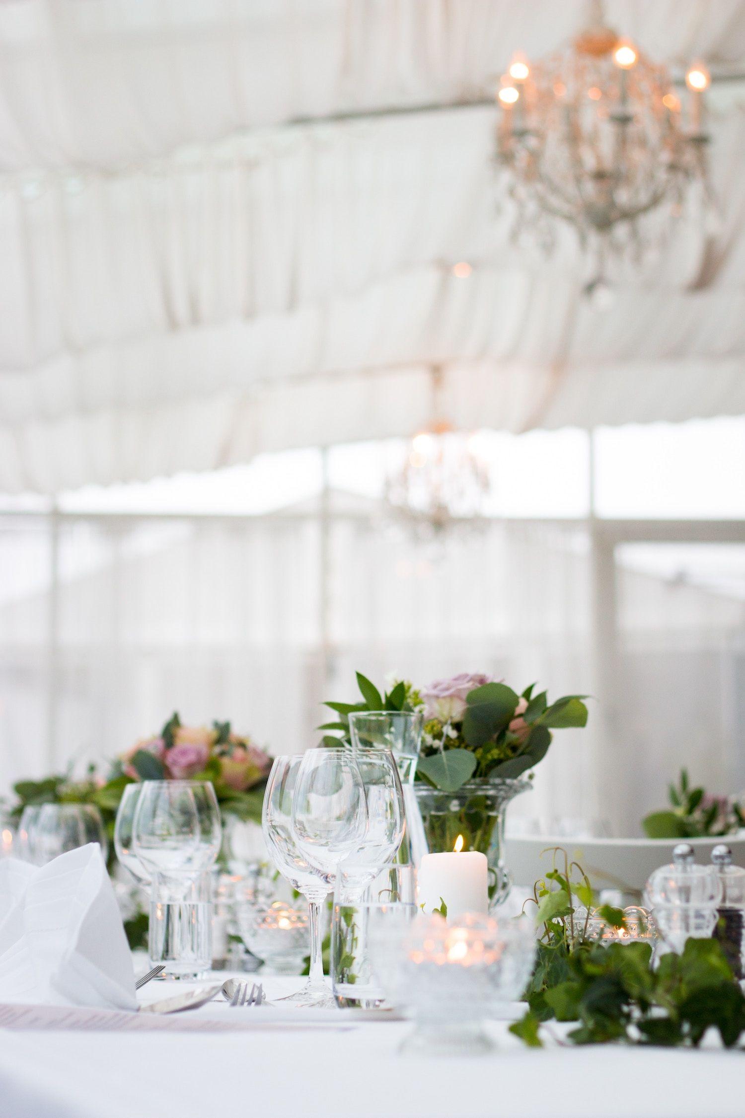 Décor de table de mariage avec des bouquet vert et une décoration
