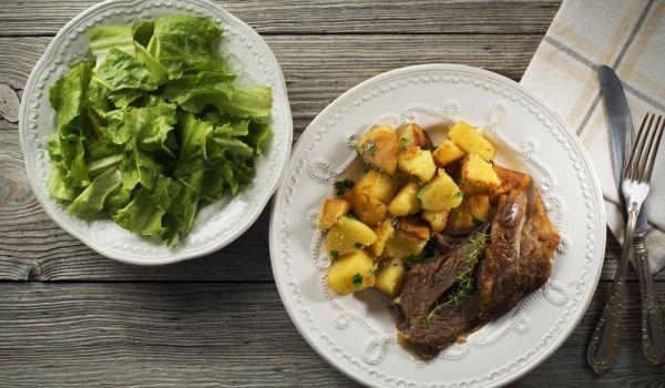 Козе месо с картофи в тавичка