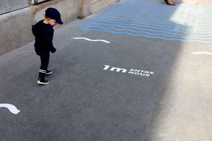 曲線にするだけで何故かオシャレに。パリにあるデザイン事務所5.5が、ソーシャルディスタンスを示すオシャレな波とカモメのデザイン「Mairie de...