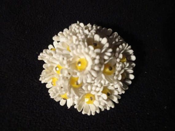 $8 For Sale 2018 VINTAGE 1960S DAISY FLOWER BUNCH BROOCH