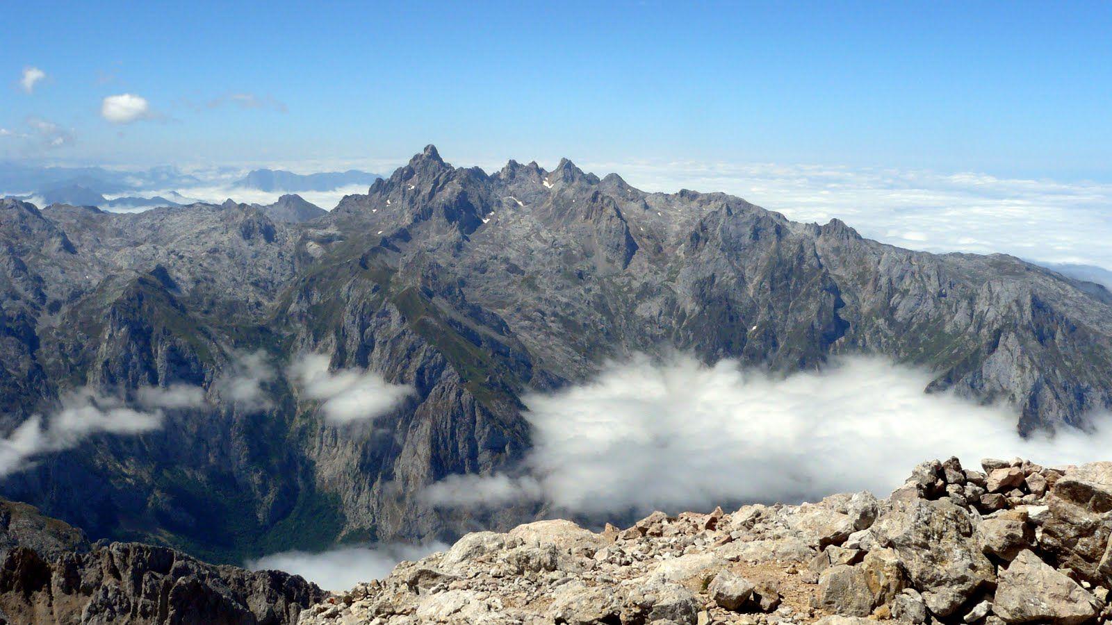 Vista desde desde la cima del Torrecerredo,techo de los Picos  y de Asturias.