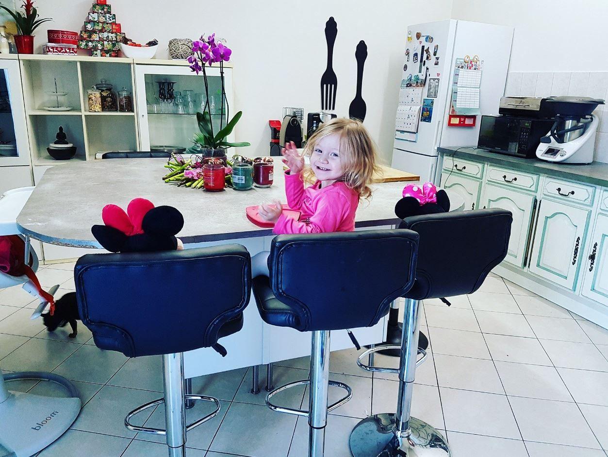 Tiffany @MèrePasParfaiteEtAlors? a deux invitées surprises pour manger avec elle sur ces #chaises de #bar #babou (39€ l'une)