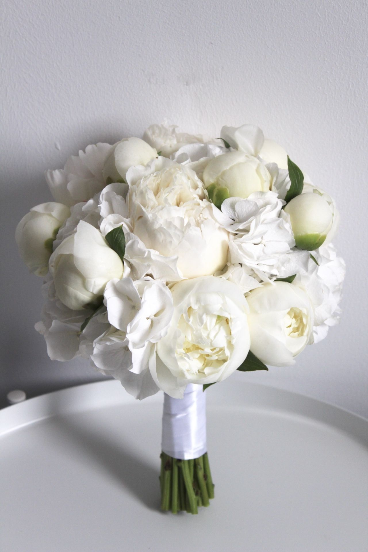 Standesamt-Brautstrauß in Weiß #brautblume Liebe Bräute, so schön kann ein Brautstrauß in Weiß sein. Ob für das Standesamt oder für die kirchliche Trauung. Mit Pfingstrosen und Hortensien. #whitebridalbouquets