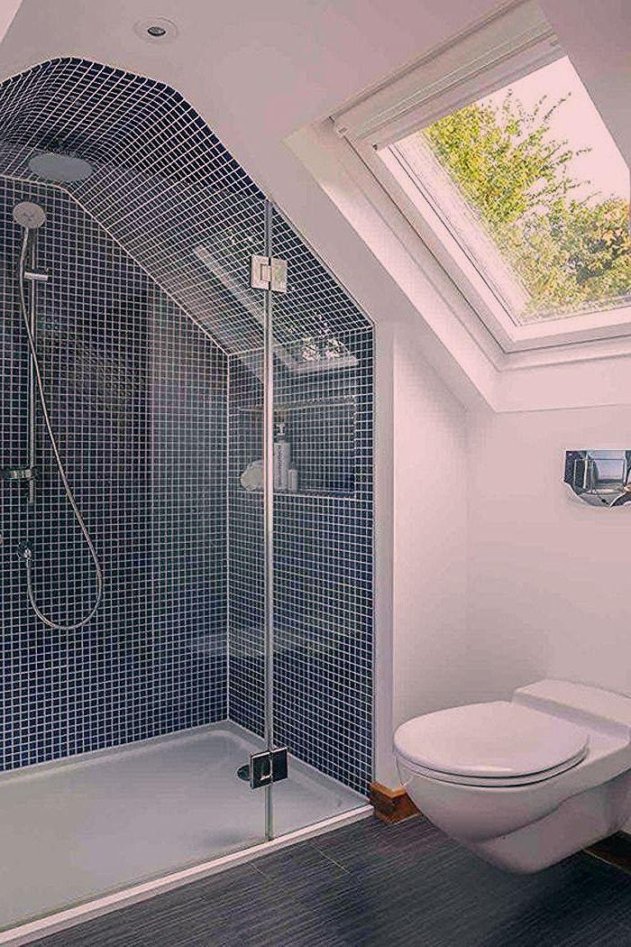 salle de bain 5m2, douche italienne avec mosaïque en bleu et ...