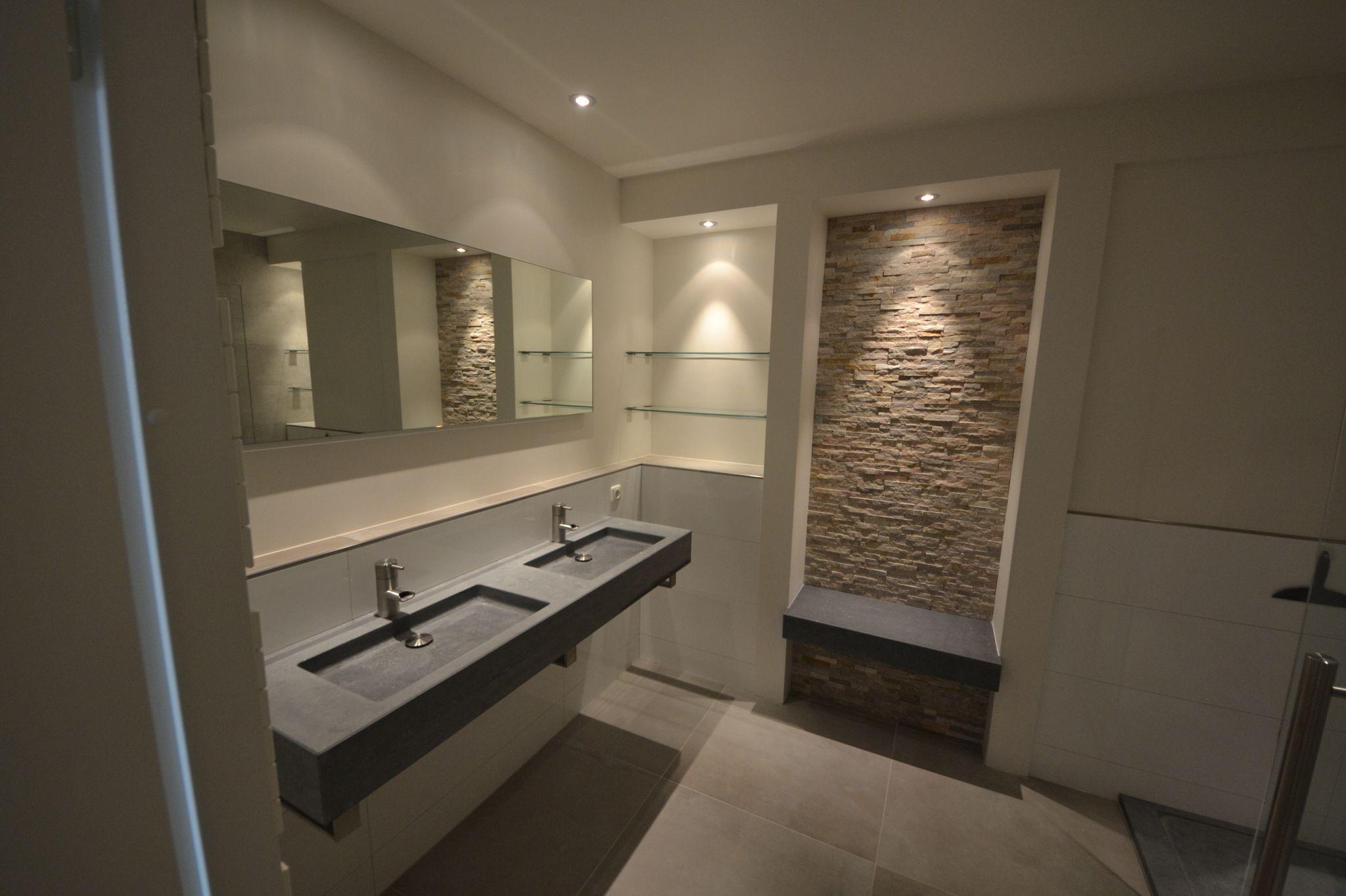 Natuursteen wastafel met zitje in combinatie met stucwerk en stone ...