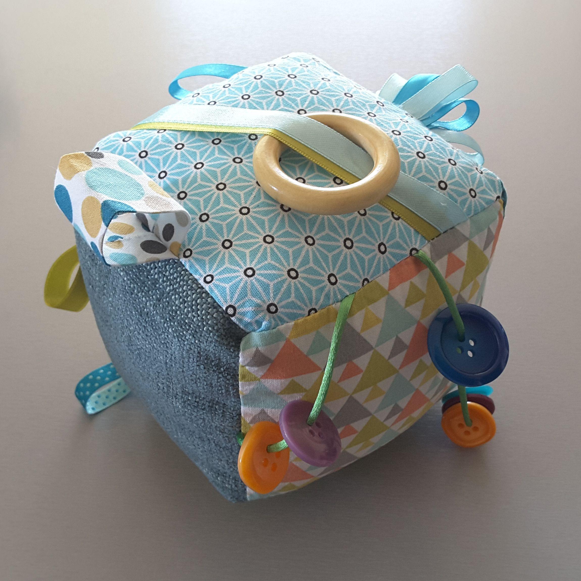 Cadeau de naissance : le cube d'éveil DIY - Two po