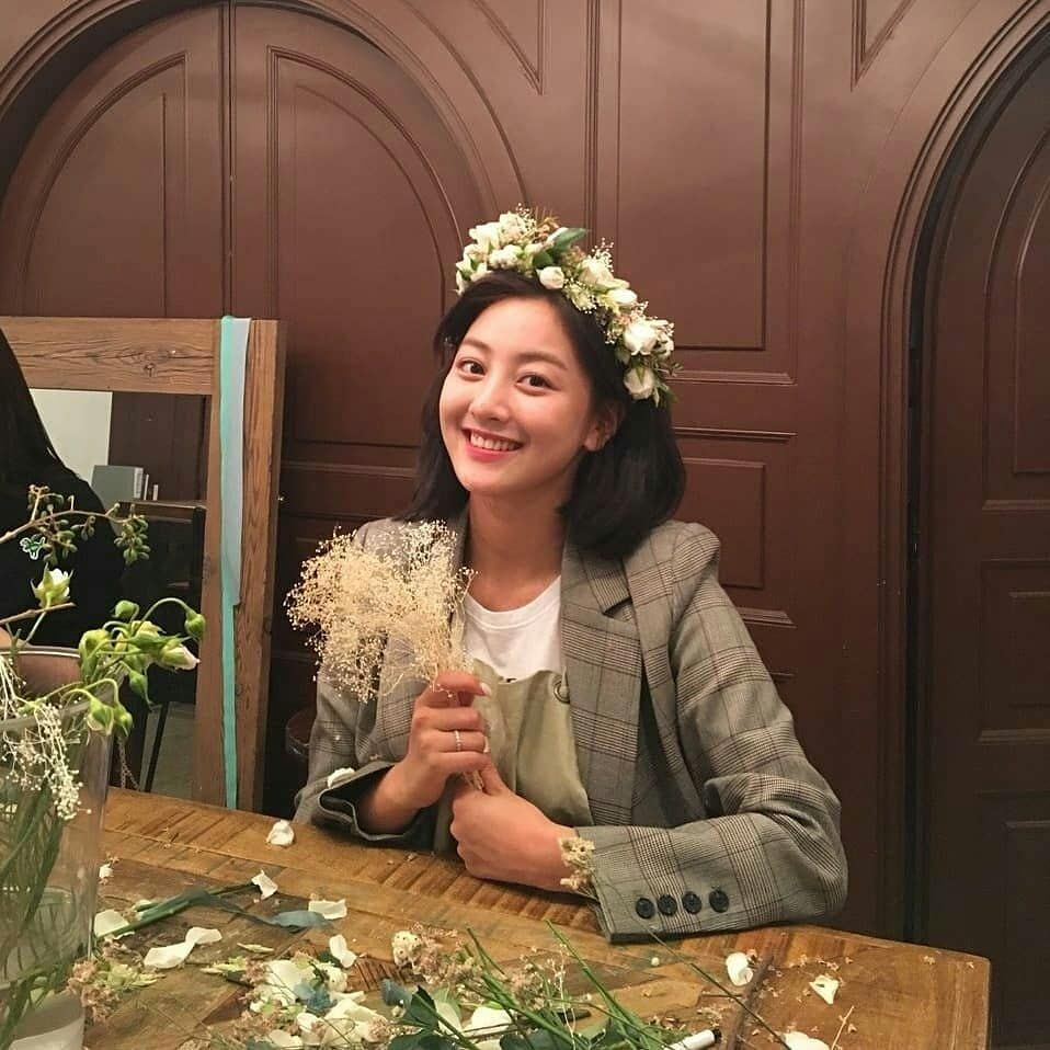 Jihyo With The Baby S Breath Flower I Just Noticed It Looks Like She Went To Decoration Flowery Class Last Year Based On Gambar 1 Februari Entertainment
