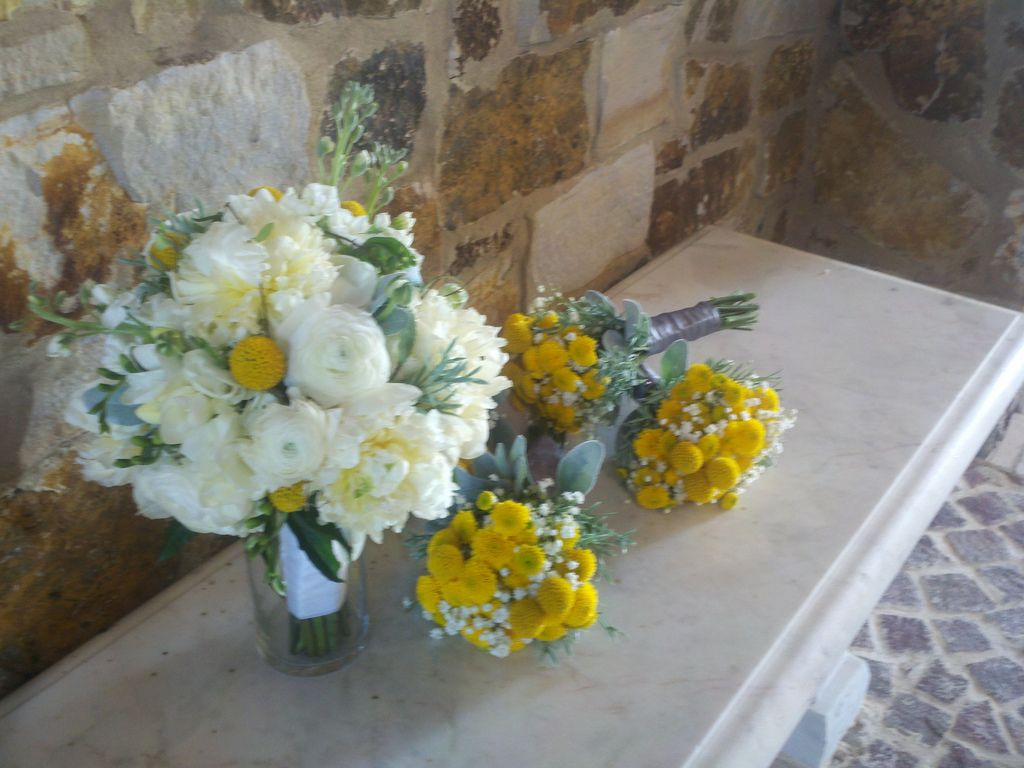 I really like this bouquet compared to the other bridesmaids bouquets (more yellow)   yellow and white wedding flowers | Yellow and white wedding bouquets